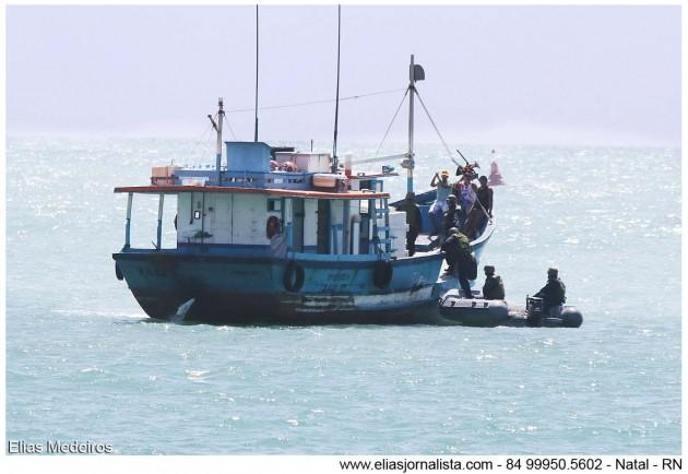 Lanha patrulha da capitania dos portos faz abordagem em embarcação.