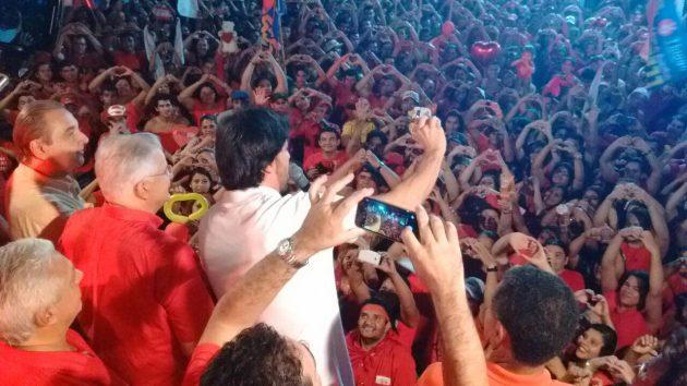 Fábio Faria vai ao tradicional arrastão de Cid pelas ruas de Nova Cruz. (Foto: Mariana Rocha).