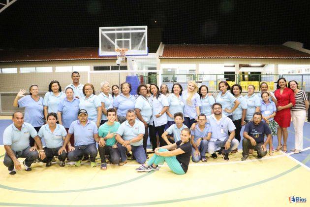 Alunos do EJA na quadra de esportes do Sesc Zona Norte - prontos para aula de ginástica laboral.