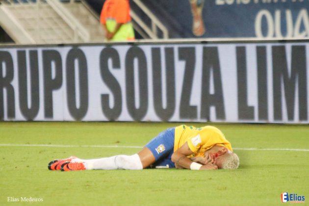 Após construir a vitória do Brasil frente a Bolívia, Neymar sofreu uma contusão e teve que deixar o campo.