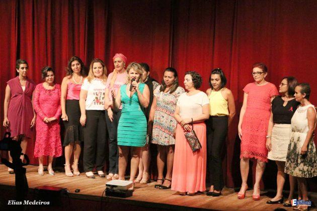 No encerramento do concerto Kalina Veloso reuniu as mulheres que participaram da expsoição