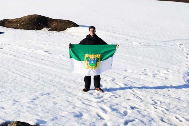 Em missão oficial, Rafael Motta conhece a base brasileira na Antártica. (Foto: Ciro Marques).
