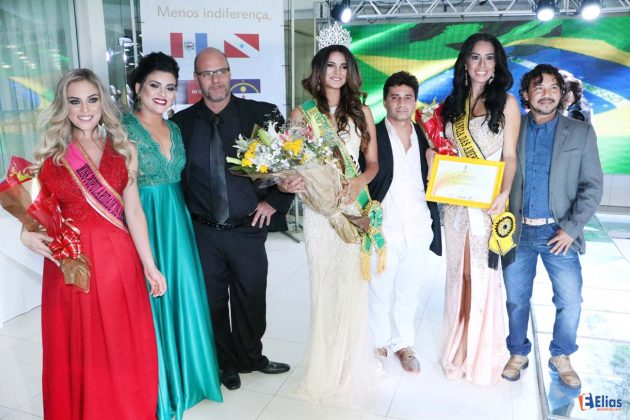 Organizadores do Miss Brasil das Américas com as três primeiras colocadas.
