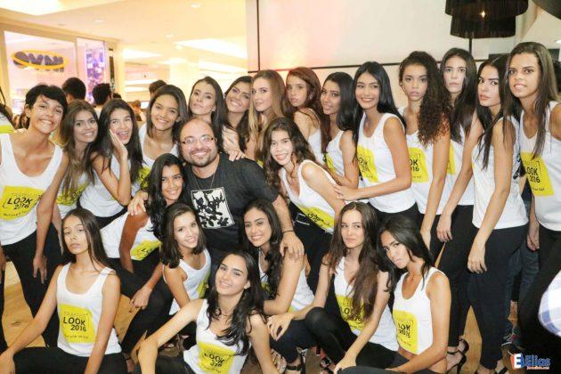O coordenador do concurso Tráfego Look, George Azevedo, comemora com as classificadas.