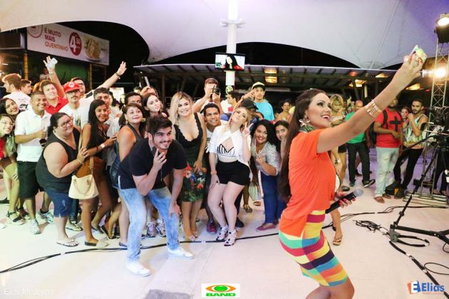 """De Olho na Folia"" Banda Aline&Dayvid agita sábado do Praia Shopping"