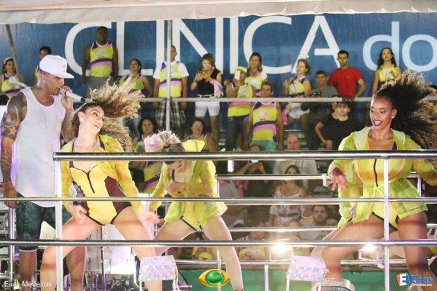 """Na sequência vaio o cantor Léo Santana puxando o Swingaê. Com o repertório focado no trabalho """"Baile da Santinha"""","""