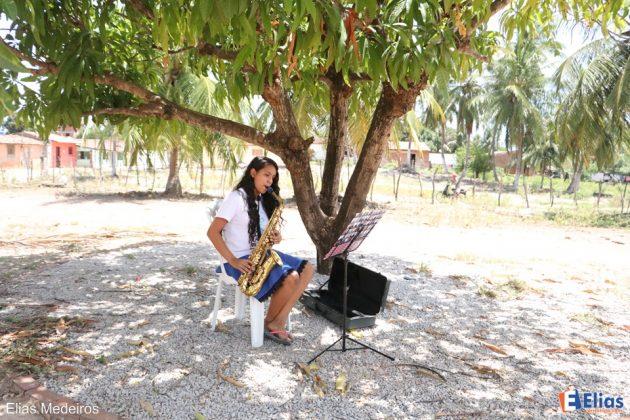 Vitória Kaline de 13 anos toca guitarra e Saxofone e sonha com a faculdade de música.