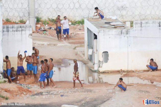 presos circulavam tranquilamente ostentando armas brancas e subindo nos telhados.