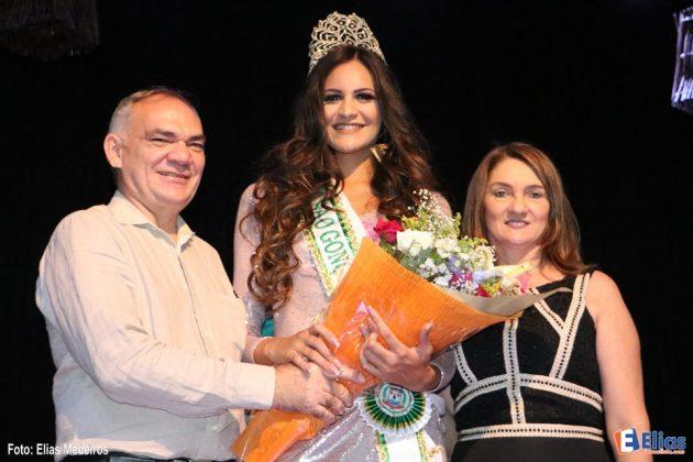 A Miss São Gonçalo 2017 com o prefeito Paulo Emídio e a primeira dama Terezinha Maia.