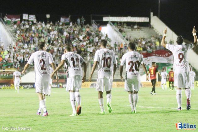 Henrique Dourado marcou dois gols