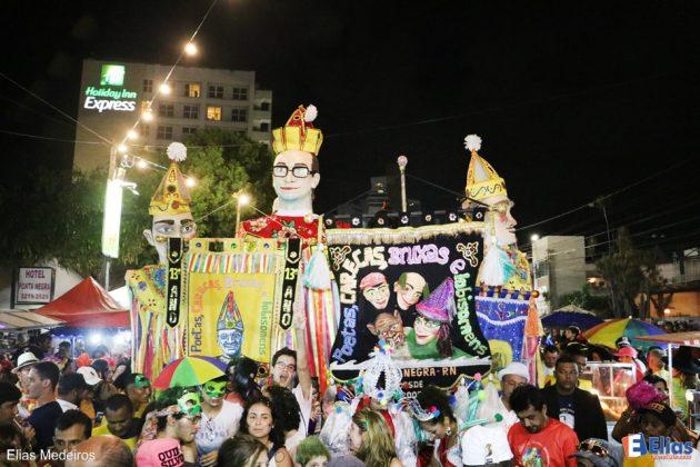 Bloco natalense é conhecido por suas alegorias e pelos bonecos gigantes. Marca do carnaval de Ponta Negra é a presença de famílias.