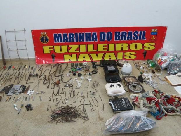 Ao todo, foram apreendidos 4 celulares; 316 armas brancas; 8 baterias; 11 chips de celulares;44 suspeitas de narcóticos; e 445 outros itens proibidos (Foto: Divulgação/Marinha do Brasil)