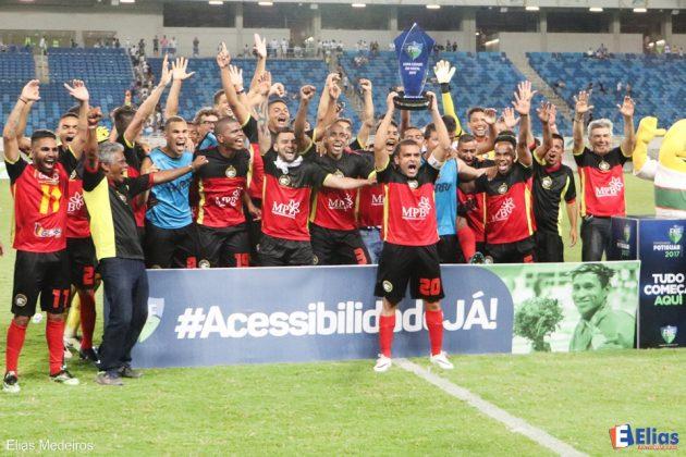 Jogadores do Globo FC comemoram a vitória de 2 a 0 sobre o ABC e a conquista da Copa Cidade de Natal 2017.