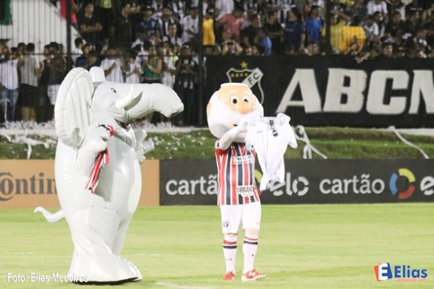 Mascotes do ABC (Fantão) e São Paulo trocam camisas dos clubes simbolizando a paz nos estádios.