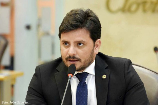 Carlos Augusto critica reajuste das tarifas dos ônibus intermunicipais
