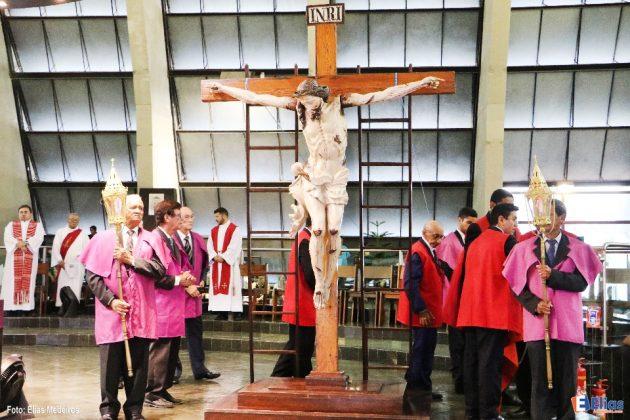 Adoração silenciosa na Cripta da Catedral.
