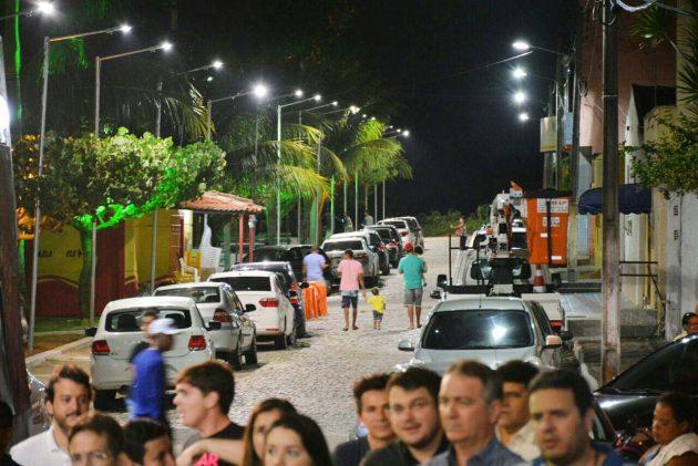 a nova iluminação da Praça Hygor Bruno, em Regomoleiro III, foi entregue à população