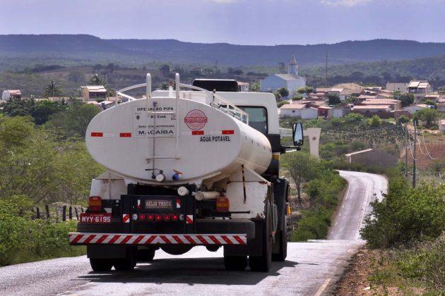 Operação Vertente que por meio de caminhões-pipa, cerca de 110 mil pessoas do Oeste e Seridó já foram beneficiadas.