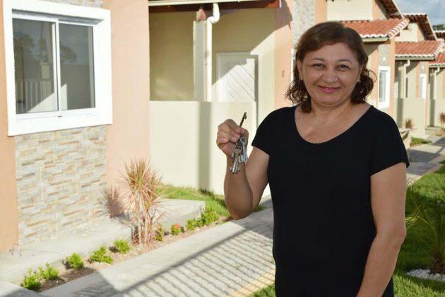 Primeira beneficiada do programa Moradia Cidadã Servidor em Natal recebe chaves do novo imóvel