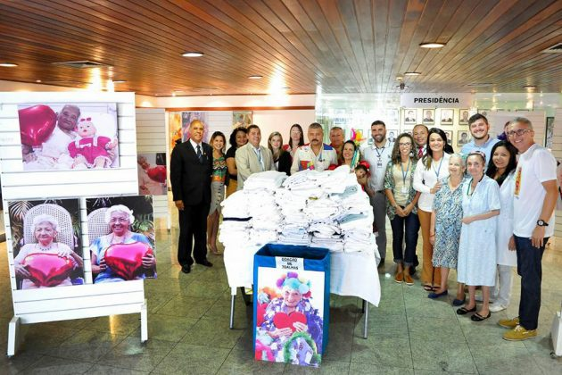 """Assessora de Comunicação da Assembleia Legislativa entrega 300 lençóis arrecadados durante a exposição """"Mães do Juvino"""". (Foto: Eduardo Maia)."""