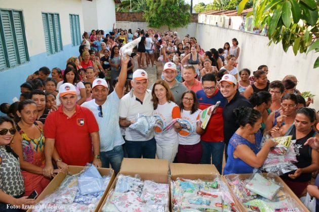 Primeira-dama Terezinha Maia coordena distribuição de 20 mil lençóis para famílias carentes de São Gonçalo.