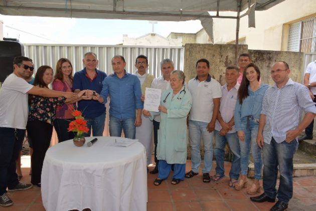 Prefeito Paulinho entrega nova ambulância ao Hospital Maternidade de São Gonçalo. (Foto: Junior Santos).