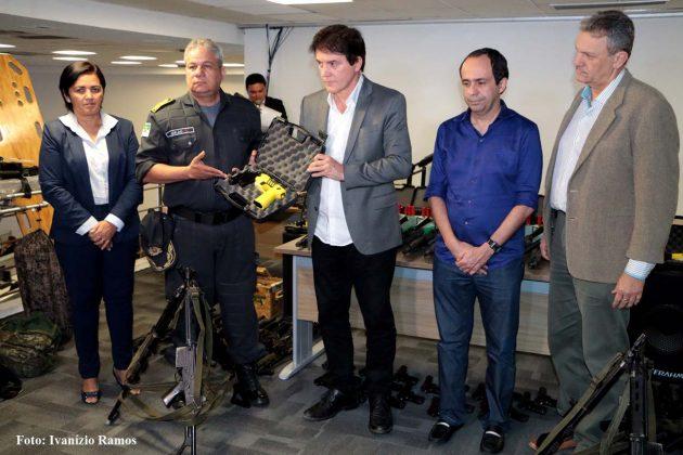 Governador entrega armas e equipamentos para as forças de segurança.