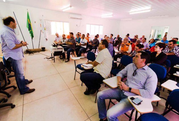 Redação/Portal de notícias e fotojornalismo Natal/eliasjornalista.com O Governo do Estado segue atuando em busca de alternativas para reestabelecer o abastecimento dos municípios da região Vale do Açu. Para definir e estruturar as ações de limpeza do Rio Açu, foi realizada nesta quinta-feira (14), em Assú, uma reunião específica com os órgãos ANA, SEMARH, IGARN, IDEMA, CAERN, Comitê da Bacia Hidrográfica, usuários e prefeituras. Ficaram definidos os seguintes encaminhamentos: A limpeza do Rio Açu deverá ser realizada em parceria com os munícipios da região, para que o fluxo das águas seja direcionado para o leito principal. A ação também deverá retirar obstáculos que assoreiam o rio, assim como detritos ou bancos de areia, que hoje dificultam a chegada da água na captação em Pendências; Para tanto, IGARN, ANA e IDEMA providenciarão as autorizações para executar a limpeza no rio. Já a SEMARH e o IDEMA devem providenciar o policiamento ambiental para execução; Para realizar o serviço de limpeza, as prefeituras de Macau, Alto do Rodrigues, Guamaré e Assú irão providenciar a contratação de 100h de Máquina Escavadeira tipo PC, cada uma. Totalizando 400 horas. Já Carnaubais e Pendências iram prover 50 horas de PC, cada. Confirmando assim 500 horas; Mossoró irá verificar e confirma até a próxima segunda, dia 18, a possibilidade de dispor de 100h da máquina PC. Assim como os municípios de municípios de Itajá e Ipanguaçu, que confirmarão a possibilidade na mesma data, de 50h cada uma; Além disso, a CAERN e o DIBA disponibilizarão duas retroescavadeiras durante todos os possíveis 15 dias de limpeza; Técnicos do Governo do Estado estarão reunidos segunda-feira, dia 18, para preparar documentos legais e elaborar cronograma, no entanto, o início das ações só poderá ser definido mediante a contratação das máquinas pelas prefeituras. (Foto: Ivanizio Ramos).