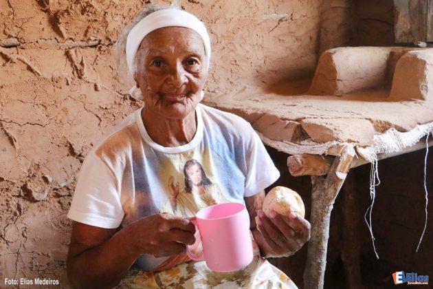 Como a instituição abriga idosos em sua maioria vindas da Zona Rural foi construída uma casa de taipa na recepção com a finalidade de resgatar a memória e a história de vida dos residentes.