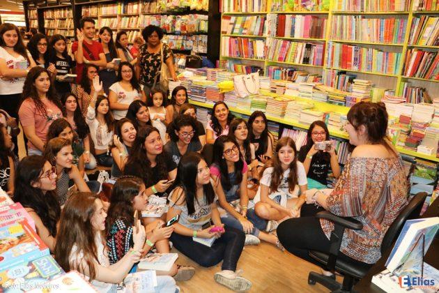 Paula Pimenta lança livro na Saraiva do Natal Shopping.