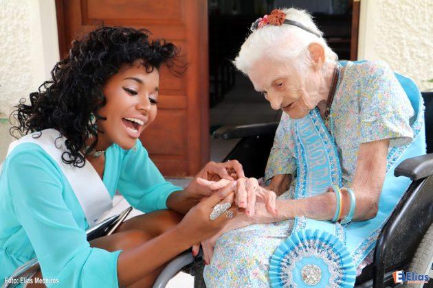 Os candidatos foram recebidos por Aninha Medeiros, 89 anos a atual Rainha Melhor Idade do Abrigo Juvino Barreto.