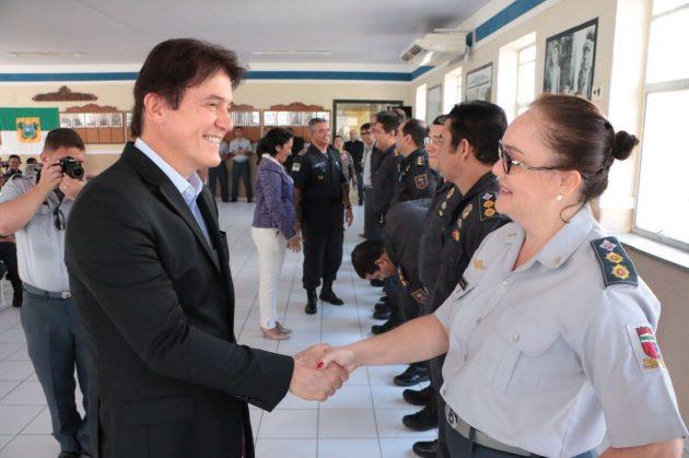 Governador cumprimenta oficiais e praças PM promovidos.