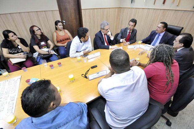 Presidente da Assembleia e deputados debatem abastecimento de água em Macau. (Foto: Eduardo Maia).