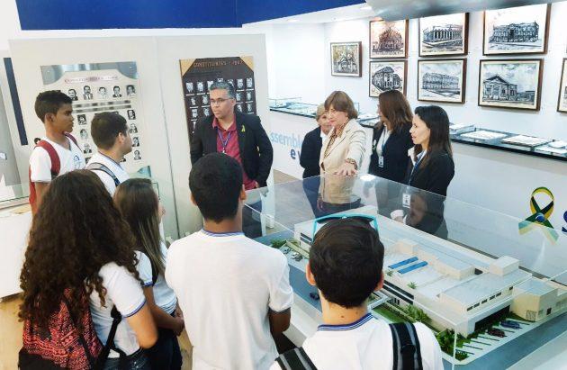 Estudantes visitam exposição do Memorial da Assembleia no Midway Mall. (Foto: Júlio Pinheiro/Ascom/ALRN).