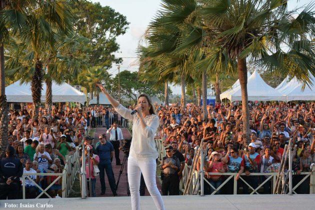 Em show, Adriana Arydes parabeniza prefeito pelo apoio à celebração dos Mártires.