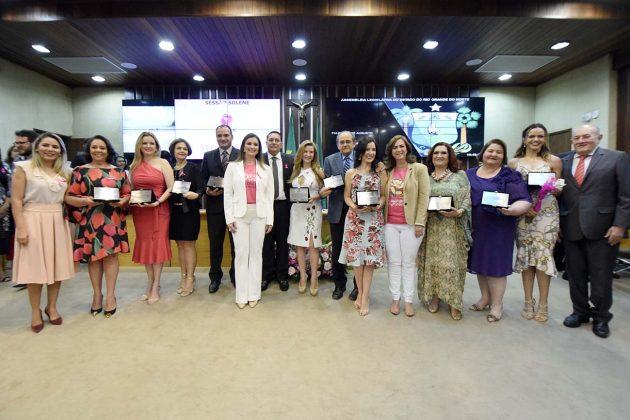 Assembleia homenageia profissionais que atuam no combate ao câncer de mama. (Foto: João Gilberto).