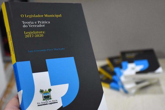 Ciclo de Debate Regional da Assembleia Legislativa lança livro voltado para o legislador municipal.