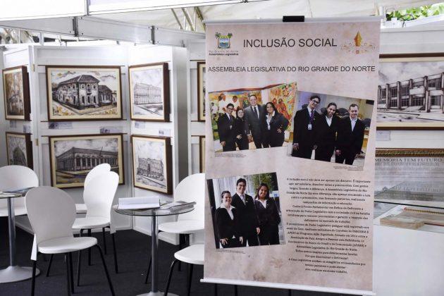 Estande conta história e iniciativa inclusiva da Assembleia em evento das Apaes.