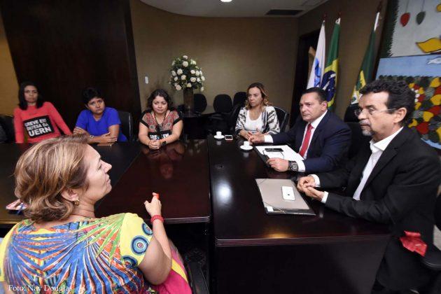 Deputados debatem com servidores antes de reunião com governador do RN.