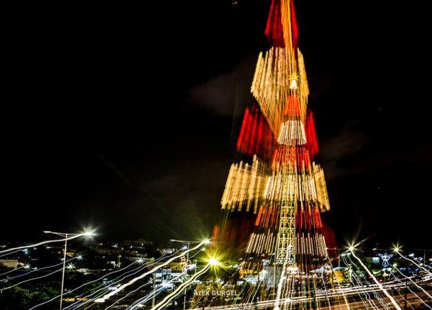Árvore de Natal de 114 metros é acesa em Mirassol. (Alex Régis).