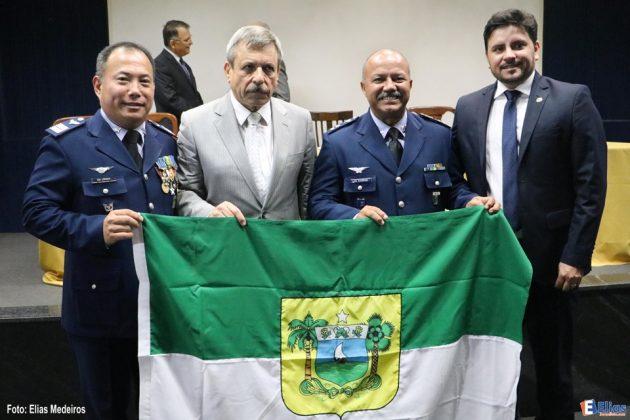 Títulos de cidadania são entregues a oficiais da Aeronáutica na Barreira do Inferno.