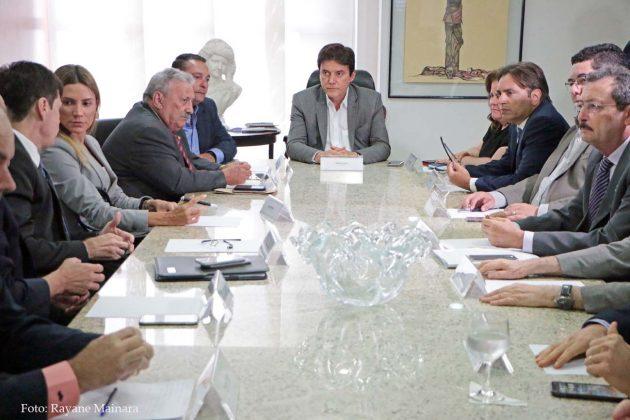 Governador expõe quadro financeiro aos poderes e propõe medidas para conter a crise.