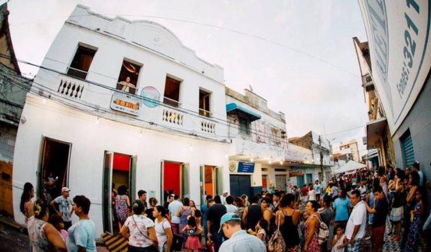 Pré-Carnaval LadoB  Casa da Ribeira cai na folia em prévia carnavalesca. 369b517554